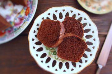 Fatias de bolo de chocolate económico num prato