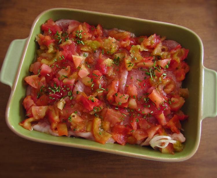 Bifes de peru e tomate numa assadeira