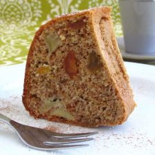 Fatia de bolo delicioso num prato