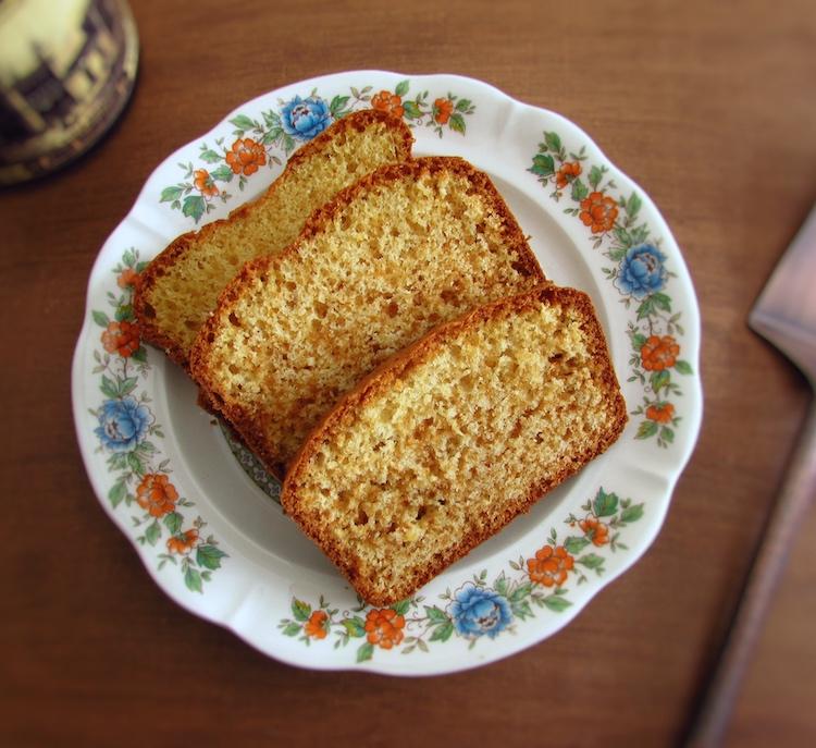 Fatias de bolo de erva doce e mel num prato