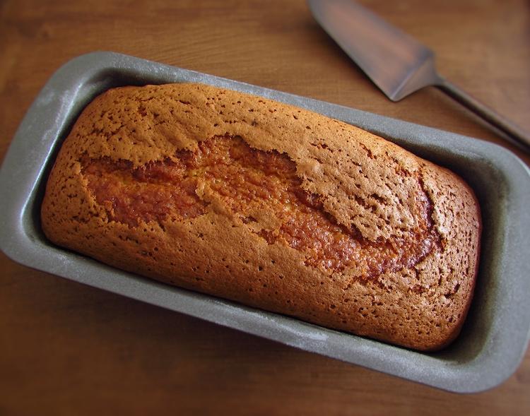 Bolo de erva doce e mel numa forma de bolos rectangular