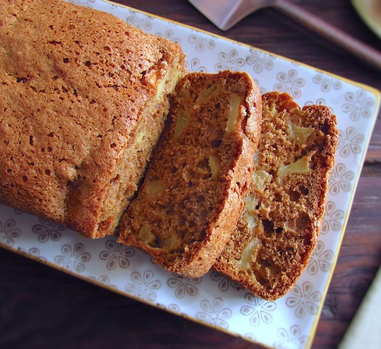 Fatias de bolo de maçã e café numa travessa