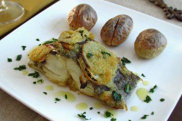 Bacalhau no forno polvilhado com pão ralado num prato