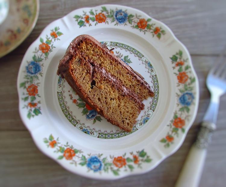 Fatia de bolo de banana coberto com chocolate num prato