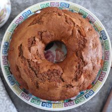 Bolo de maçã e canela num prato