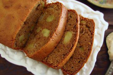 Fatias de bolo de maçã e canela numa travessa