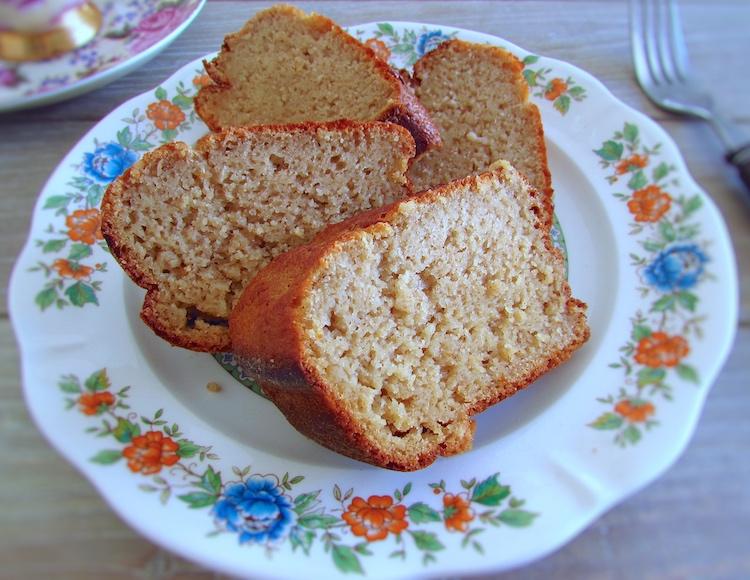 Fatias de bolo de pera num prato