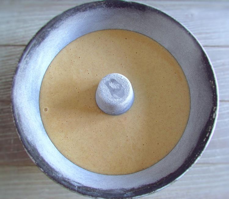 Massa de bolo de pera numa forma de bolos redonda com furo no meio
