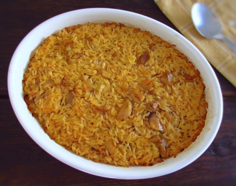 Coelho com arroz no forno numa assadeira