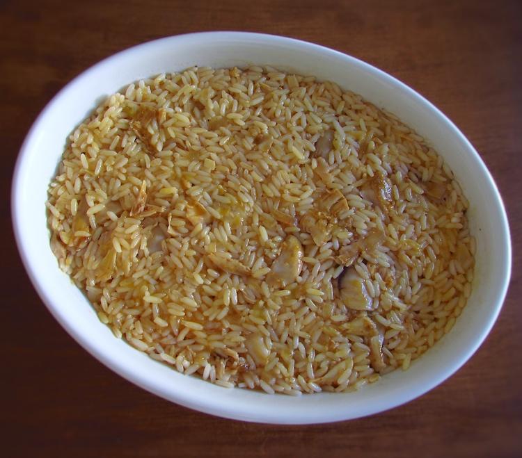 Coelho e arroz numa assadeira
