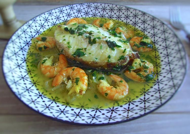 Maruca estufada com camarão num prato