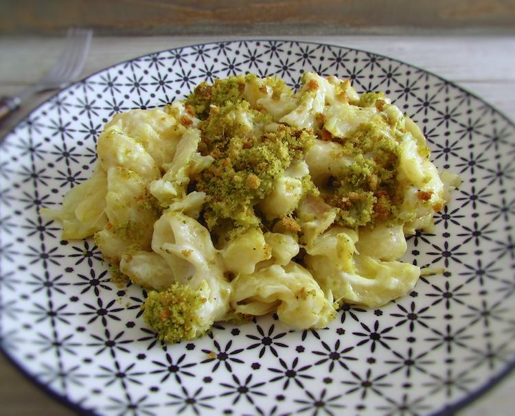 Bacalhau no forno com broa de milho num prato