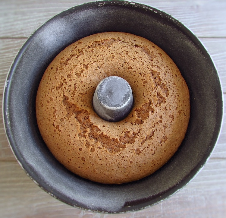 Bolo de canela e erva doce numa forma de bolos redonda com furo no meio