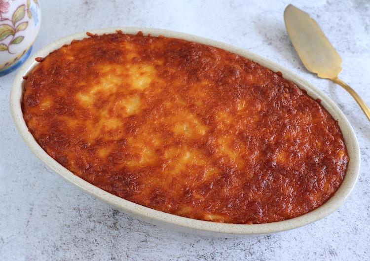 Esparguete com carne picada no forno numa assadeira