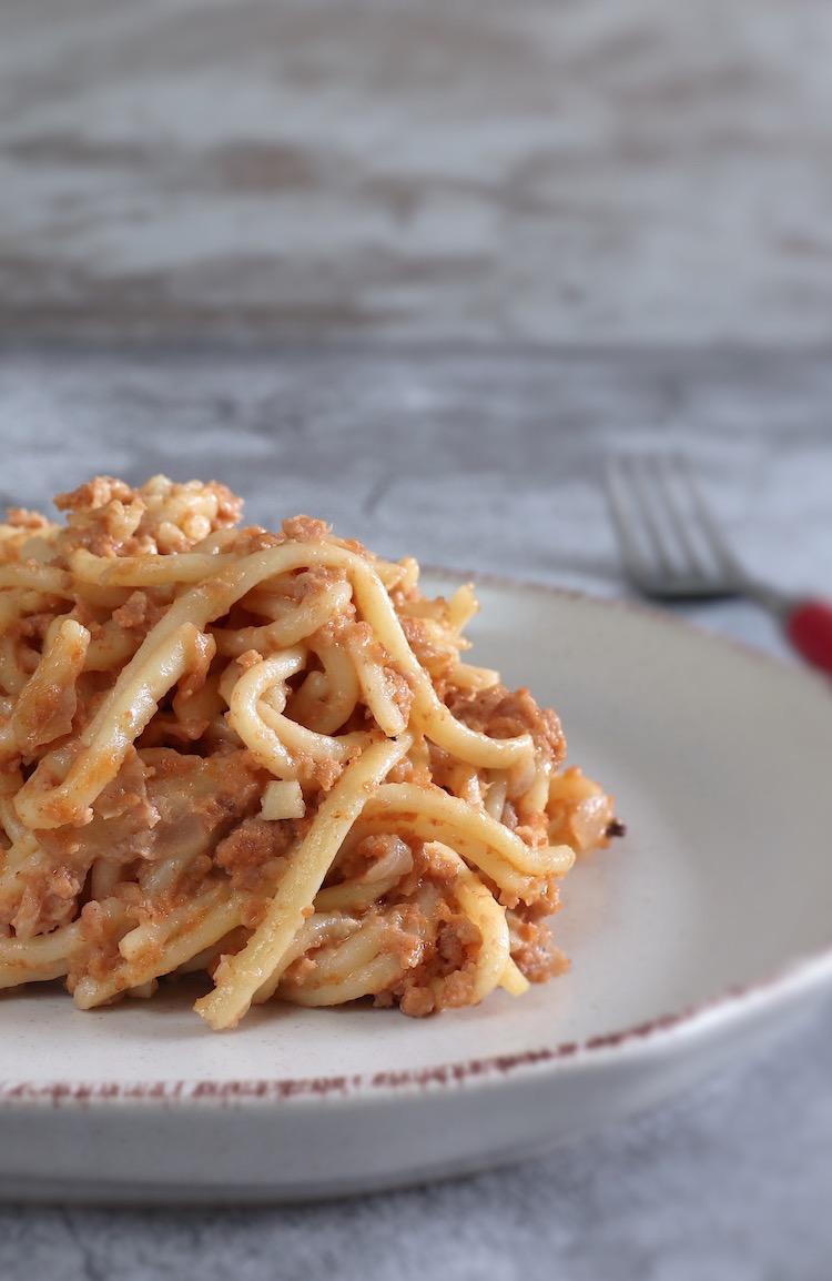 Esparguete com carne picada no forno num prato