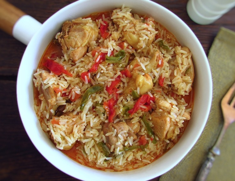 Frango com arroz e pimentos num prato fundo