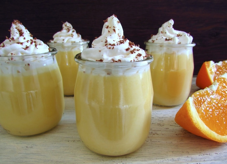 Doce de laranja em taças de vidro