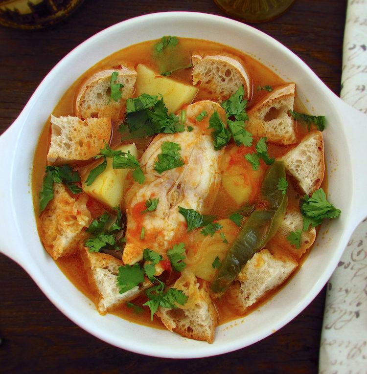 Sopa de tomate com pargo num prato
