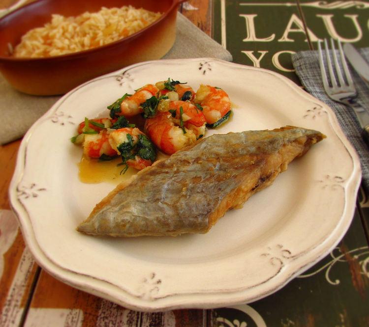 Peixe espada frito com camarões num prato