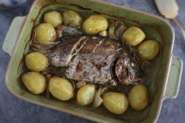 Sargo assado no forno com batatas numa assadeira
