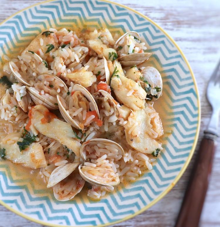 Arroz de bacalhau com amêijoas num prato