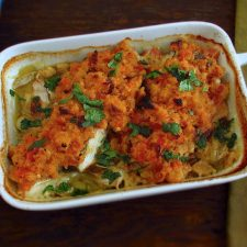 Bacalhau no forno com tomate e broa de milho numa assadeira
