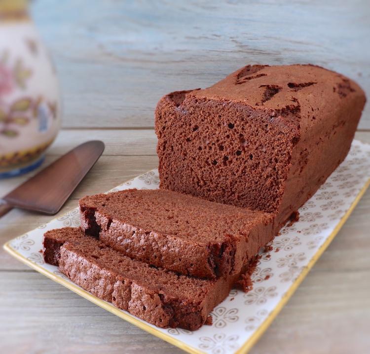 Fatias de bolo delícia de chocolate numa travessa