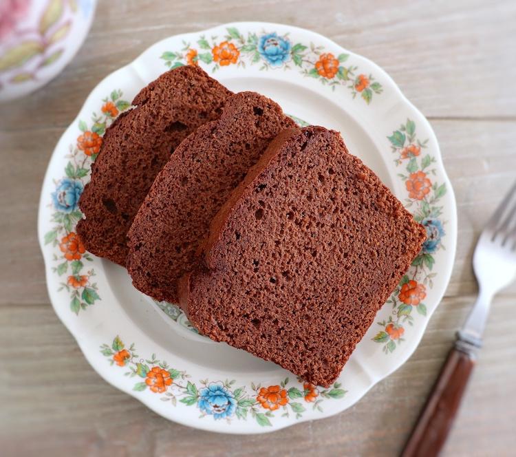 Fatias de bolo delícia de chocolate num prato