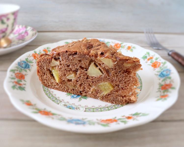 Fatia de bolo de maçã, ananás e canela num prato