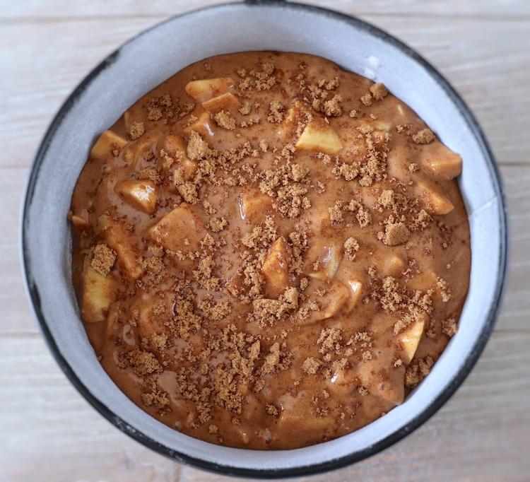 Massa de bolo de maçã, ananás e canela numa forma de bolos redonda