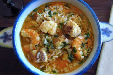 Cação guisado com arroz e camarão numa terrina