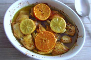 Frango no forno com laranja e limão numa assadeira