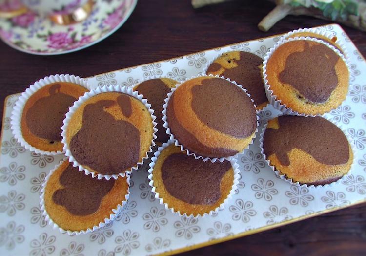Queques mármore de chocolate e manga numa travessa