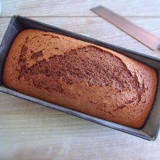 Bolo de chocolate caseiro numa forma de bolos rectangular