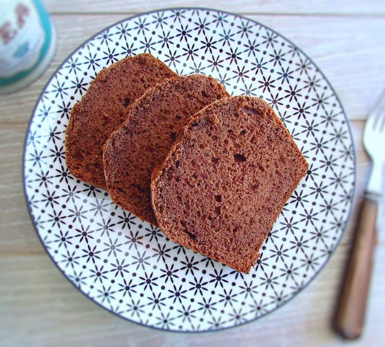 Fatias de bolo de chocolate caseiro num prato