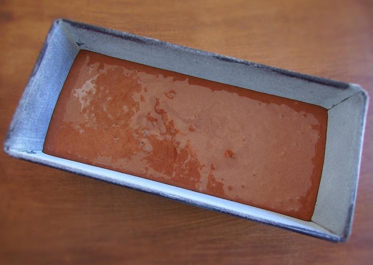 Massa de bolo de chocolate caseiro numa forma de bolos rectangular