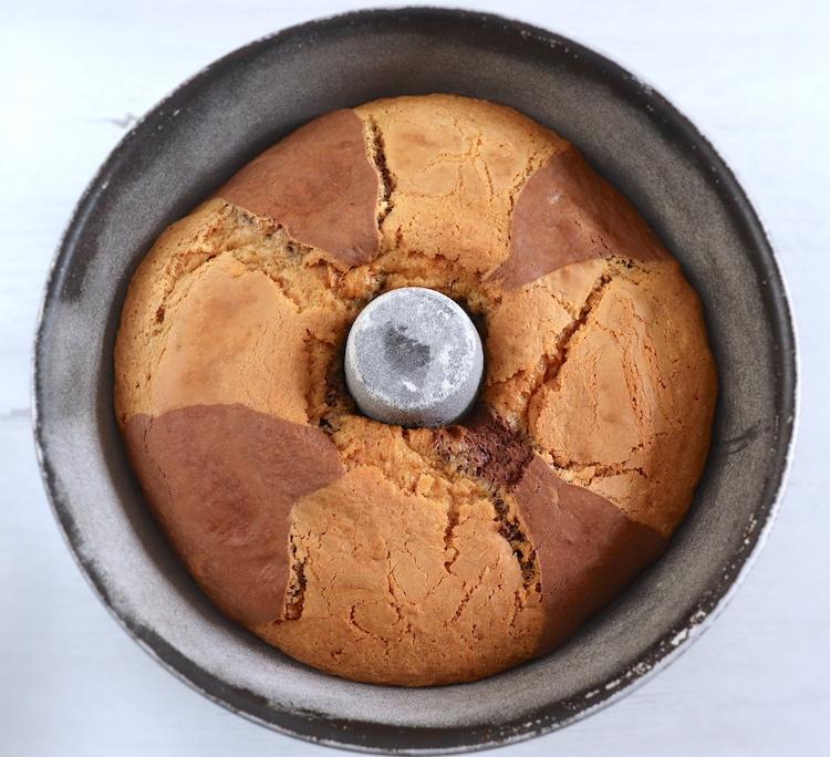 Bolo mármore de chocolate numa forma de bolos redonda com furo no meio