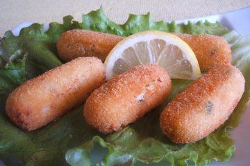 Croquetes de bacalhau com alface num prato