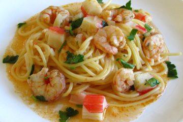 Esparguete com camarões e delícias do mar num prato