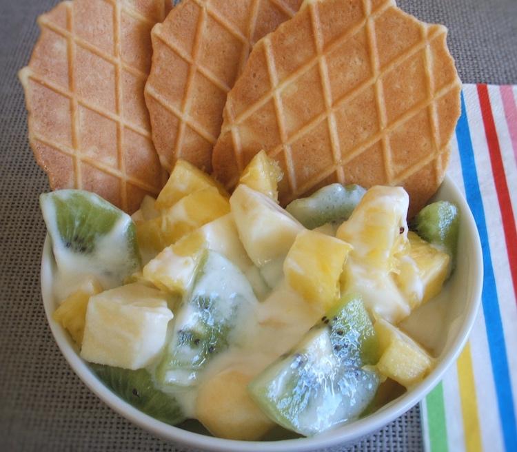 Fruta com bolachas num prato