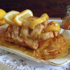 Lombo de porco estufado com limão e mel numa travessa