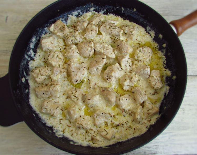 Lombo de peru com natas numa frigideira