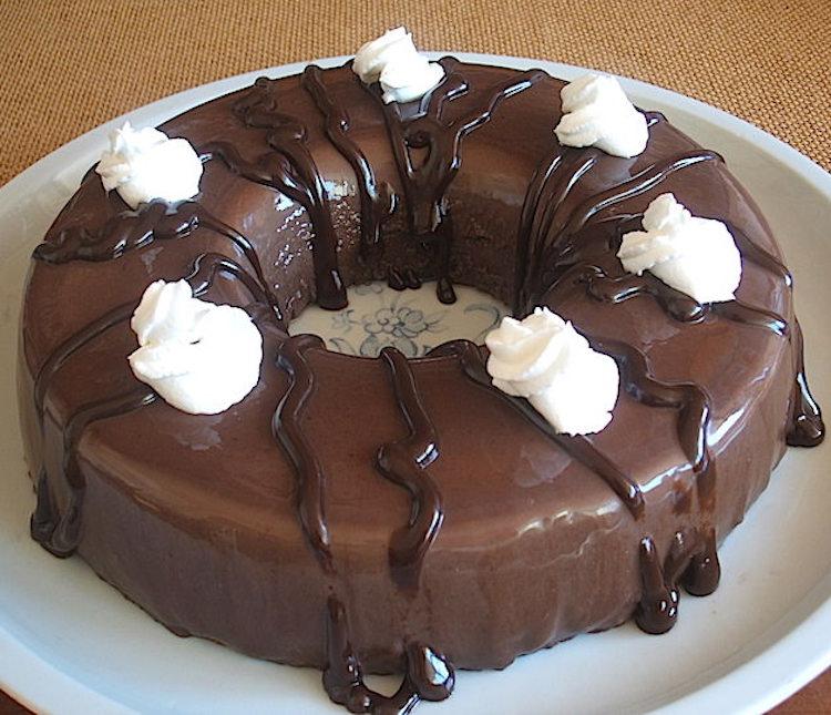 Pudim de chocolate decorado com chantilly num prato