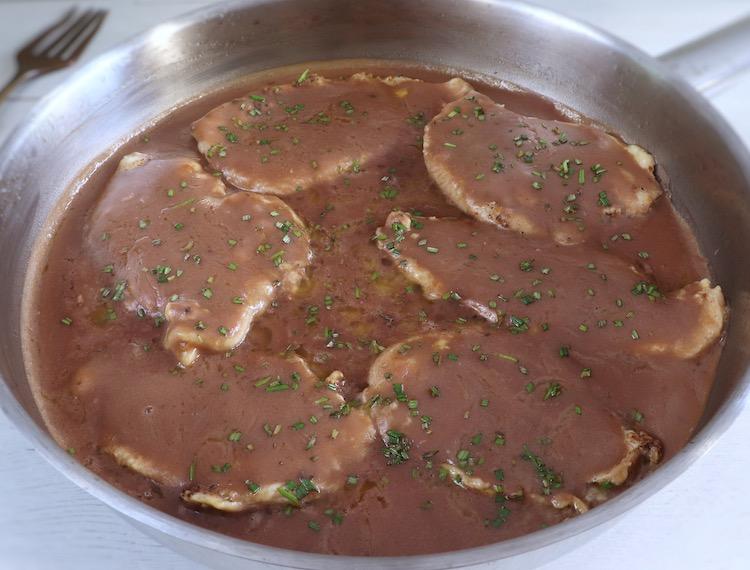 Bifes de frango com molho de café numa frigideira