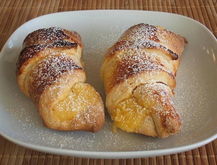 Croissant com creme num prato
