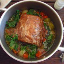 Lombo de porco estufado com cenoura alho francês num tacho