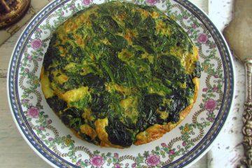Tortilha de espinafres num prato