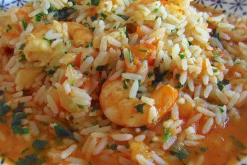 Arroz com camarão num prato