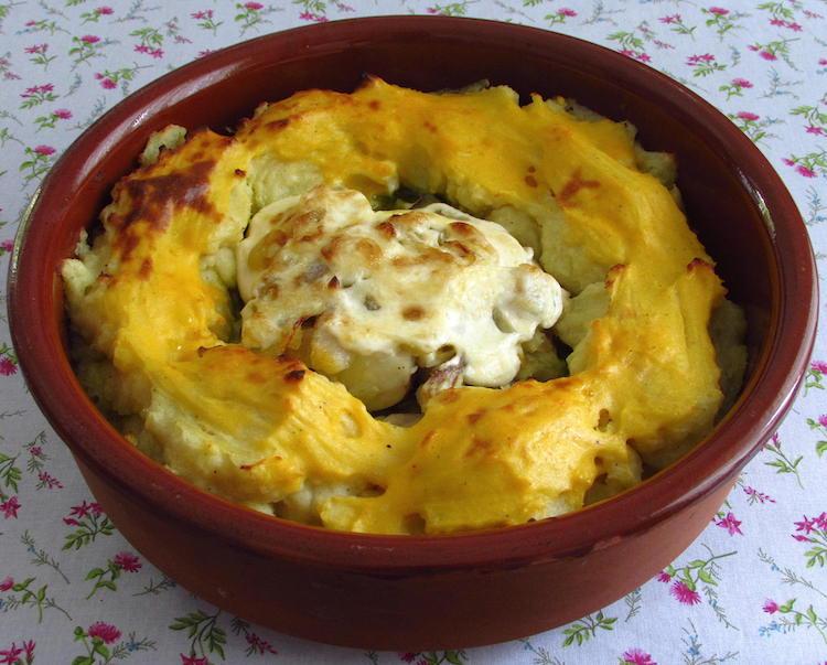 Maruca no forno com maionese numa assadeira redonda de barro