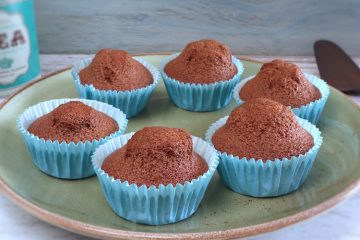 Queques simples de chocolate e laranja num prato